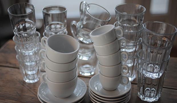 Tassen und Gläser